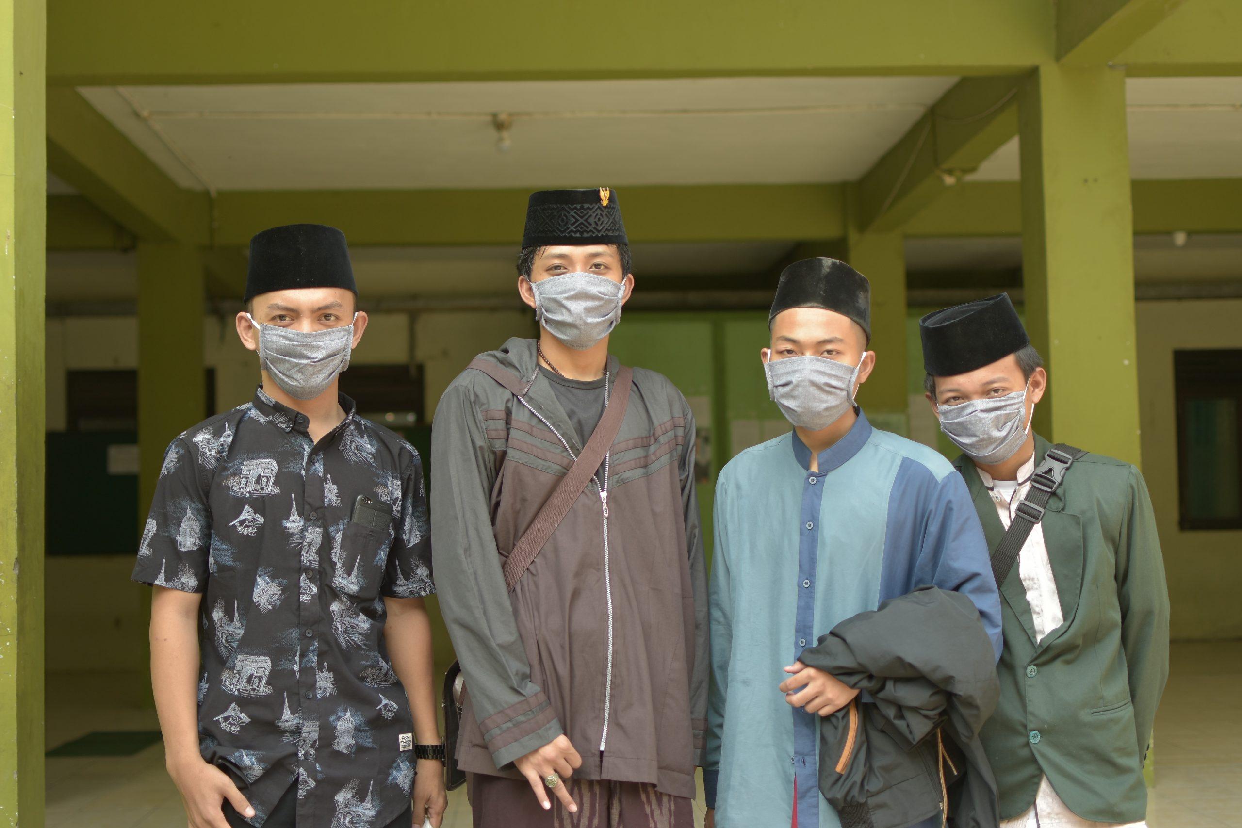 pembagian masker gratis santri sarang